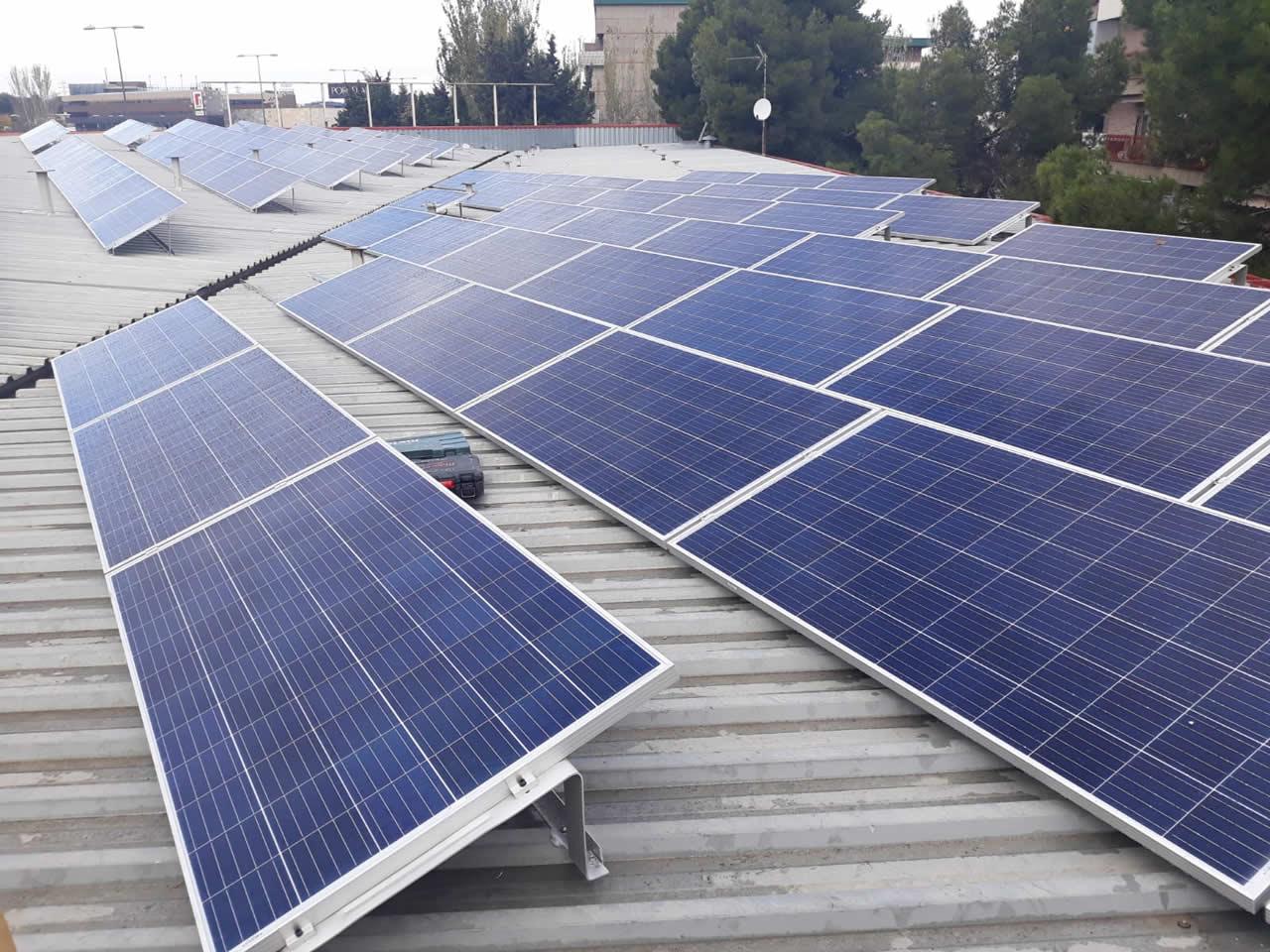 AESAR firma acuerdo con EDF Solar para autoconsumo en estaciones asociadas.