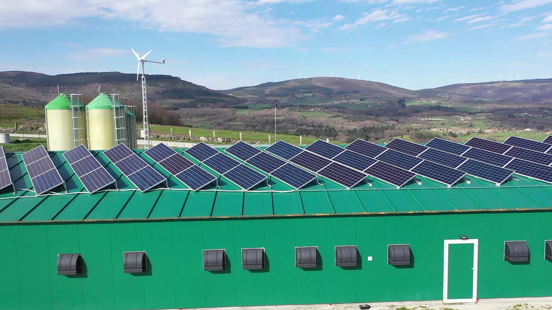 Instalación de autoconsumo híbrida aislada fotovoltaica eólica en Granja Cas de Pedro, Lugo - Eidf Solar