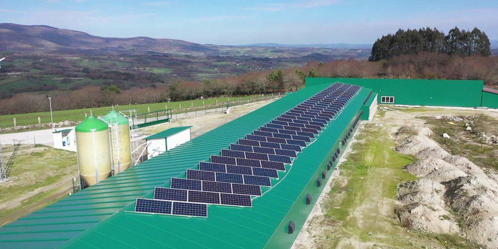 Instalación de autoconsumo híbrida aislada fotovoltaica eólica en Granja Cas de Pedro, Lugo - EDF Solar